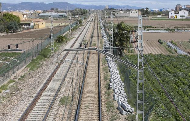 Traviesas para instalar el tercer carril entre Valencia y Sagunto. / Damián Torres