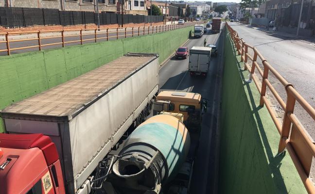 Nuevo colapso en Fuente del Jarro y los accesos por la avería de un camión en el túnel