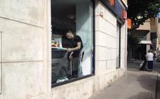 Dos ladrones roban de madrugada en una tienda de telefonía del centro de Dénia tras abrir un boquete en el escaparate