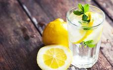 Por qué es bueno tomar agua con limón todas las mañanas
