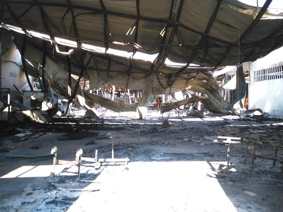 Fotos del incendio de una fábrica de ataúdes en Moixent (Valencia)