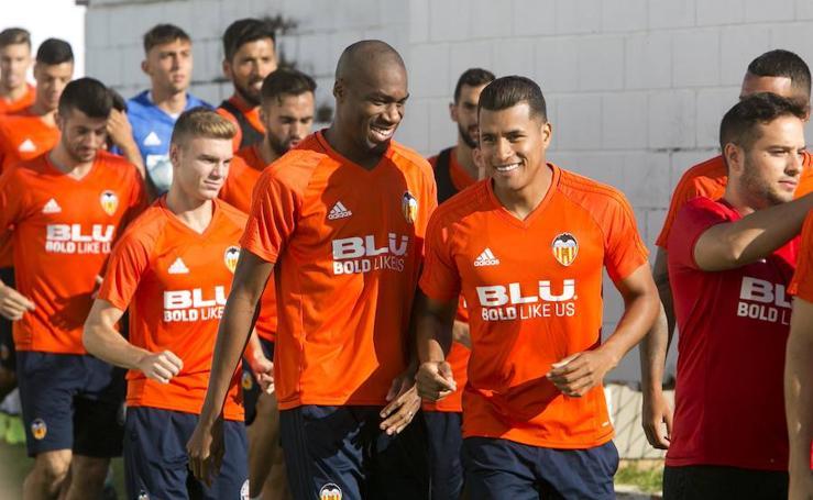 Imágenes del estreno de Kondogbia en el entrenamiento del Valencia CF