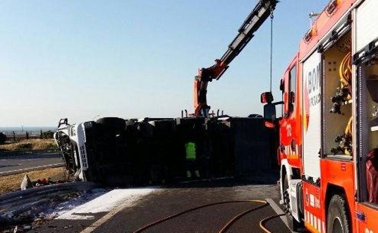 Fotos del vuelco de un camión con sosa cáustica en la AP-7