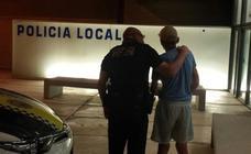 La policía de Alboraya auxilia a un anciano desorientado en plena V-21