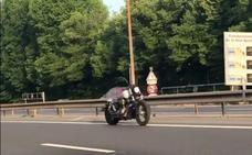 Una motocicleta que circula sola en una autopista de París deja atónitos a los presentes