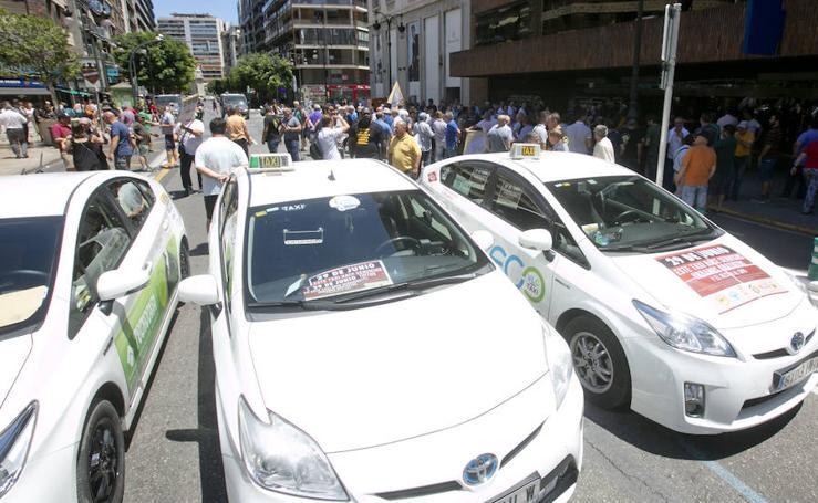 Fotos de la concentración de taxistas en Valencia
