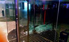Una pandilla de menores roba bebida en un restaurante del puerto y rompe un cristal del Veles e Vents