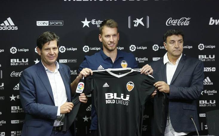 Fotos de la presentación de Neto, nuevo jugador del Valencia C.F