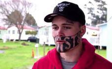 Este joven tiene un enorme problema debido al tatuaje gigante que le cubre medio rostro
