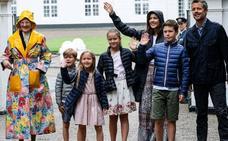 Mary y Federico de Dinamarca eligen ropa valenciana para sus hijos