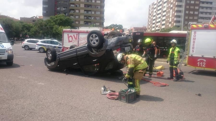 Fotos del accidente entre un coche y un autobús de la EMT en Valencia