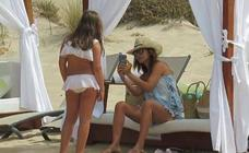 Paula Echevarría, de vacaciones con Daniella en Chiclana