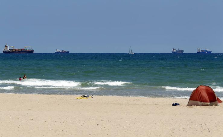 Barcos a la espera de poder entrar en el puerto de Valencia