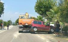 Una retroexcavadora arrolla varios vehículos en una calle de Chiva