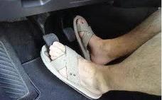 ¿Pueden multarme por conducir con chanclas o sin camiseta?