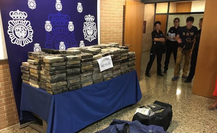 Fotos de la detención en Xirivella de un conductor con 482 kilógramos de cocaína que huyó de un control policial