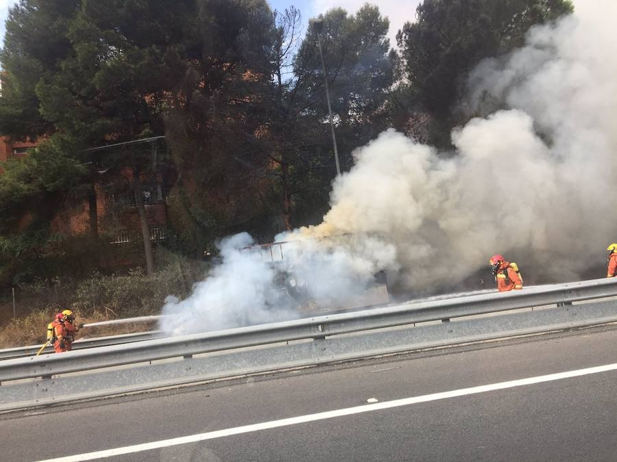 Fotos del incendio de una furgoneta en la CV-35