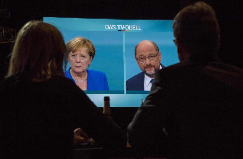 Merkel y Schulz, un duelo entre iguales levemente decantado hacia la titular