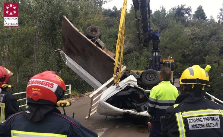 Fotos del rescate al camión caído por un puente en Fuente de la Reina