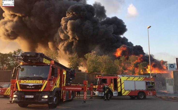 Fotos del incendio de la planta industrial de Onda