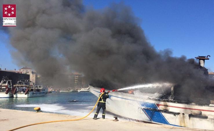 Fotos del incendio de una embarcación de pesca en Benicarló