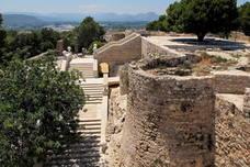 Un hombre herido grave al caer desde una altura de tres metros en el castillo de Dénia