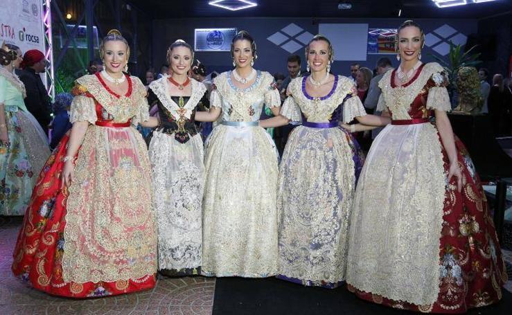 Fotos de las falleras mayores de Valencia en un desfile de indumentaria valenciana