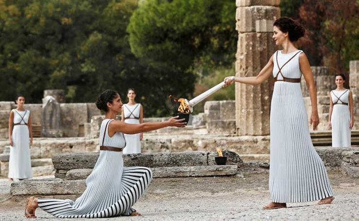 La llama olímpica se enciende en el Templo de Hera en las ruinas de Olimpia (Grecia)