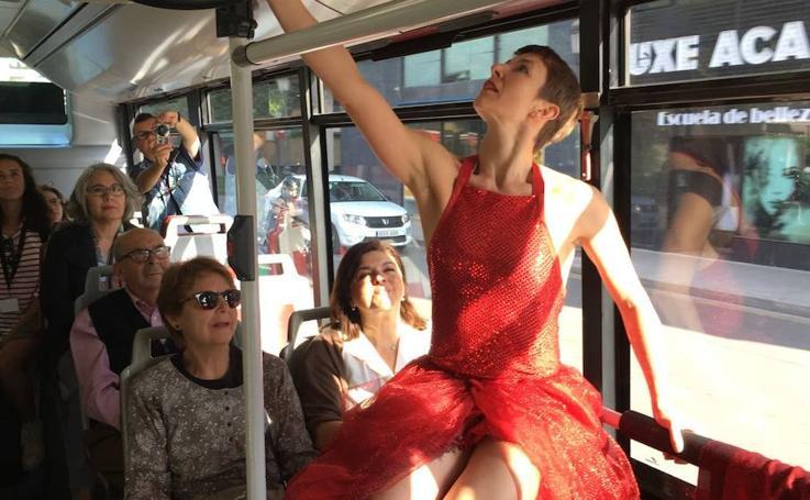 Fotos de la actuación de danza en un autobús de la EMT