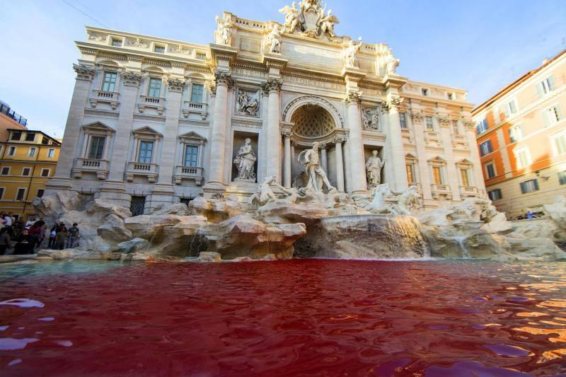 La Fontana di Trevi, teñida de rojo por un acto de vandalismo