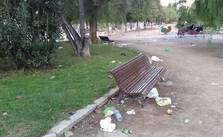 Fotos de los restos del botellón de Halloween en Valencia