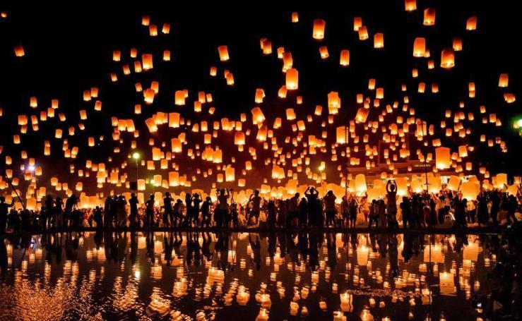 Decenas de miles de linternas sobrevuelan Tailandia en el festival Yi Peng