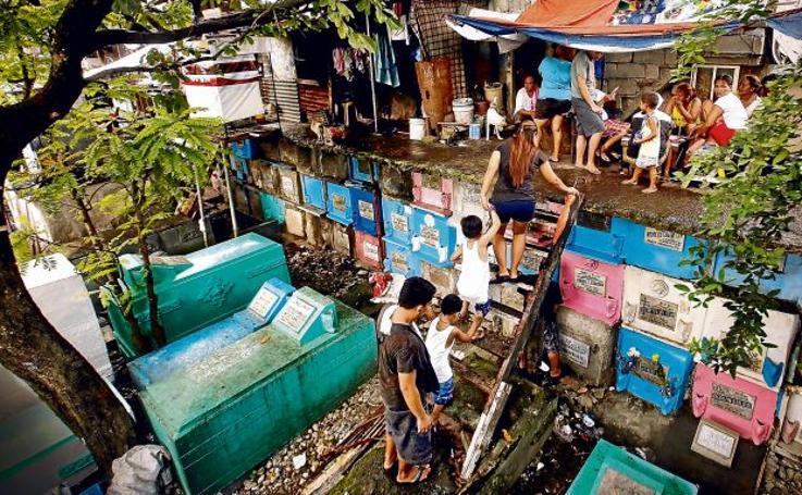 Fotos de la gente que vive en los cementerios de Manila