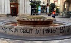 Brigadas Antifascistas realizan pintadas en la fuente de la plaza Mayor de Castellón