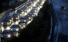 Lluvia, obras y accidentes colapsan los accesos con 20 kilómetros de colas en Valencia