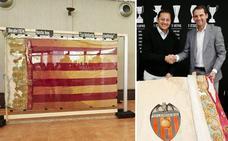 El Valencia CF recibe la bandera robada e iniciará su restauración