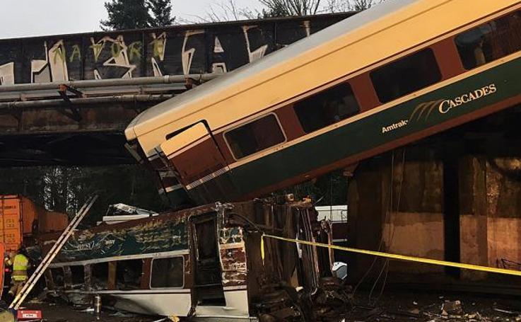 Un tren descarrila y queda colgando sobre una autopista en el estado de Washington