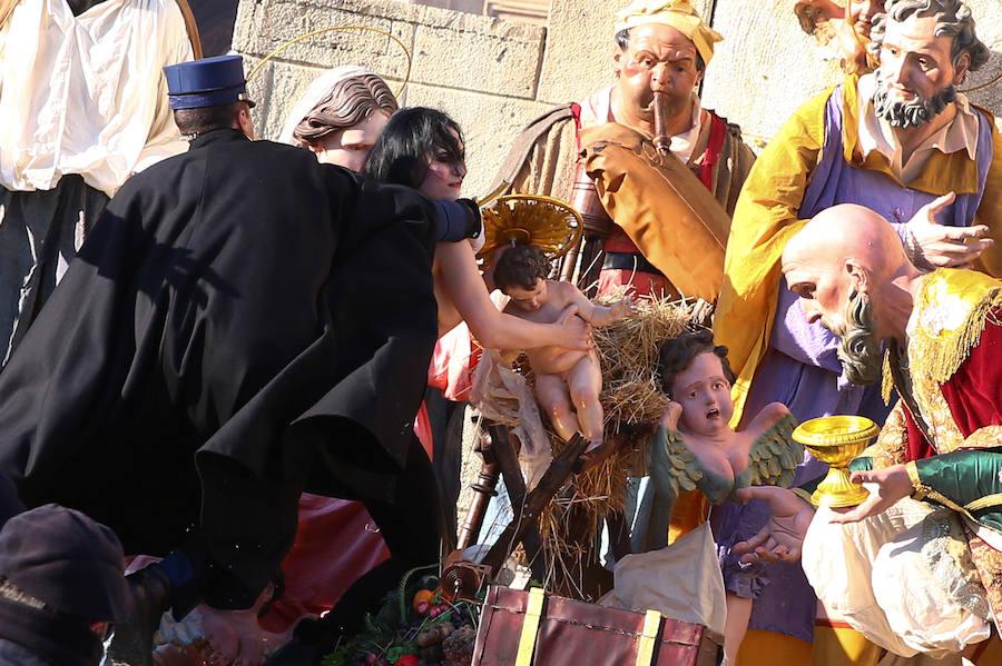 Fotos de una activista intentado robar el niño Jesús del belén del Vaticano