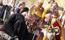Una activista de Femen trata de robar el Niño Jesús del belén del Vaticano al grito de «Dios es mujer»