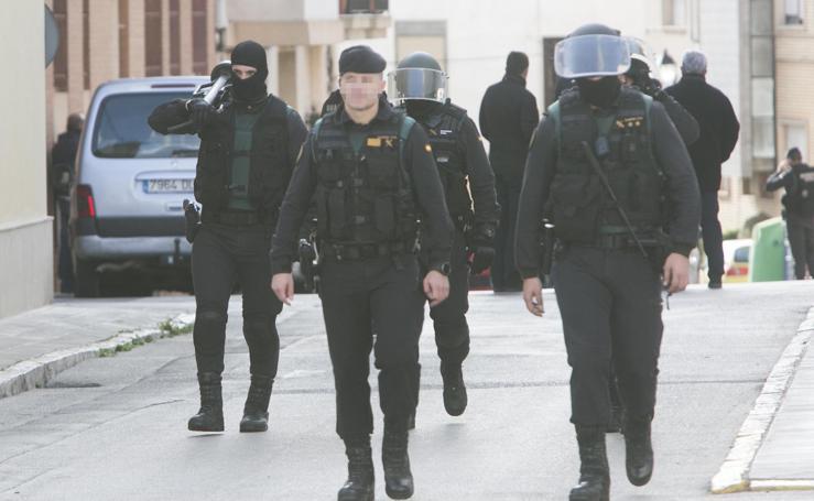 Fotos de la operación de la Guardia Civil para detener a un maltratador atrincherado en Requena