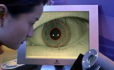 Un ojo biónico devuelve parcialmente la visión a una mujer ciega