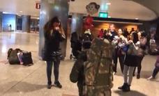La emotiva pedida de matrimonio de un militar español al llegar de una misión en Letonia