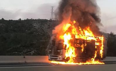 Arde en la A-7 un camión que trasportaba toallitas desmaquillantes