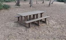 Mesas de picnic hechas con paja de arroz de l'Albufera y plástico del cultivo de chufa