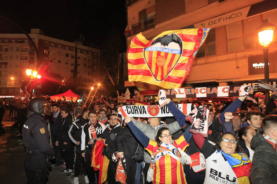 Miles de aficionados esperan al Valencia a las puertas del Mestalla