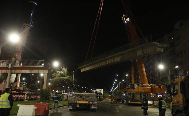 Fotos de la retirada de las últimas tres pasarelas de la avenida del Cid