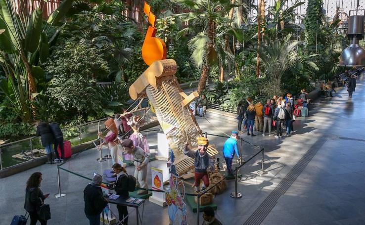 Fotos de la inauguración de la falla instalada en la estación de Atocha en Madrid