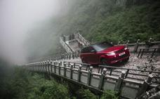 Un todoterreno sube los 999 escalones de una montaña en China
