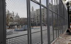 Colocada la valla de seguridad para las mascletaes en la plaza del Ayuntamiento