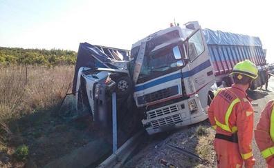 Un camión vuelca encima de otro en la A-7 y causa retenciones de hasta 7 kilómetros